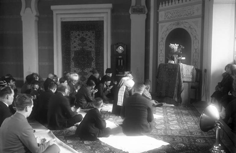 Demut im Gebet: 'Schau auf uns!' - Gottesdienst in der türkischen Moschee, Berlin 1931. Quelle: Bundesarchiv, Bild 102-11243 / CC-BY-SA 3.0